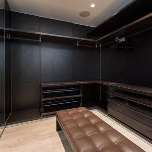 Bild på en stor garderob för könsneutrala