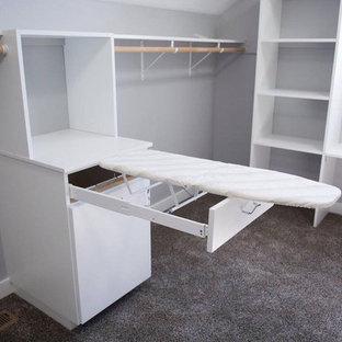 Klassisk inredning av ett stort walk-in-closet för könsneutrala, med släta luckor, vita skåp, heltäckningsmatta och brunt golv