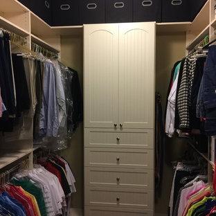 Diseño de armario vestidor unisex, clásico, de tamaño medio, con armarios con rebordes decorativos, puertas de armario beige y suelo de madera en tonos medios