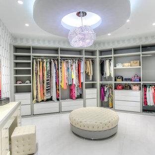 Idéer för ett mycket stort modernt walk-in-closet för kvinnor, med öppna hyllor, vita skåp och klinkergolv i porslin