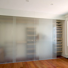 Modern Closet by Urban Pioneering Architecture
