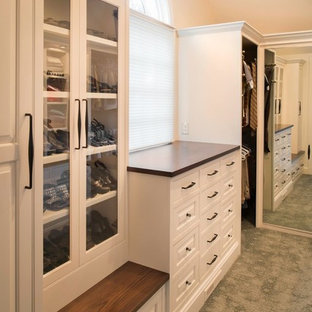 クリーブランドの広い男女兼用トラディショナルスタイルのおしゃれなウォークインクローゼット (白いキャビネット、カーペット敷き、インセット扉のキャビネット) の写真