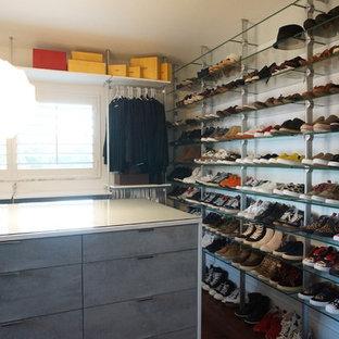 Foto de vestidor unisex, moderno, grande, con armarios abiertos, puertas de armario blancas y suelo de bambú