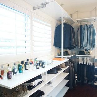 Modelo de vestidor unisex, moderno, grande, con armarios abiertos, puertas de armario blancas y suelo de bambú