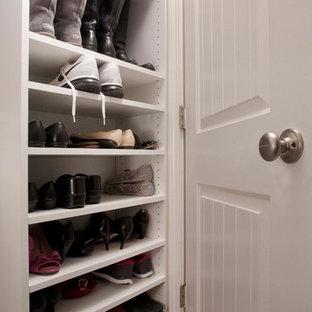 Ispirazione per una cabina armadio unisex tradizionale di medie dimensioni con ante in stile shaker, ante bianche e pavimento in gres porcellanato
