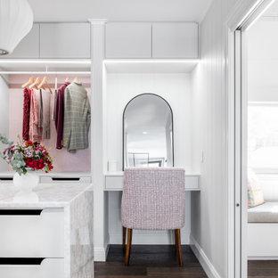 Diseño de armario y vestidor madera, clásico, grande, con suelo de madera oscura y suelo marrón