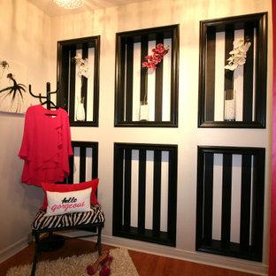 Foto de vestidor unisex, tradicional renovado, pequeño, con suelo laminado y suelo naranja