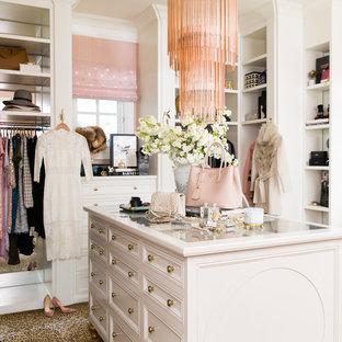 Foto på ett vintage omklädningsrum för kvinnor, med öppna hyllor, vita skåp, heltäckningsmatta och flerfärgat golv