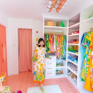 Diseño de armario vestidor de mujer, vintage, grande, con puertas de armario blancas, suelo de baldosas de cerámica y suelo rosa