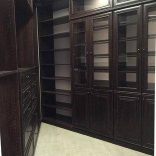 Modelo de armario vestidor unisex, tradicional renovado, con suelo de madera pintada y puertas de armario de madera en tonos medios