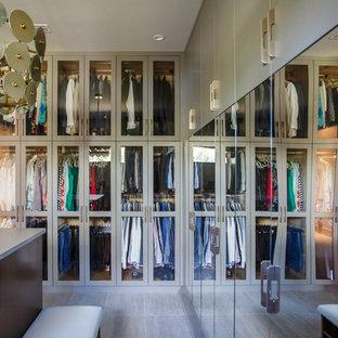 ジャクソンビルの広い男女兼用コンテンポラリースタイルのおしゃれなウォークインクローゼット (フラットパネル扉のキャビネット、グレーのキャビネット、磁器タイルの床、グレーの床) の写真