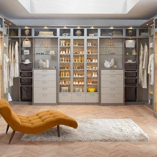 Idéer för stora funkis walk-in-closets för könsneutrala, med släta luckor och beige skåp