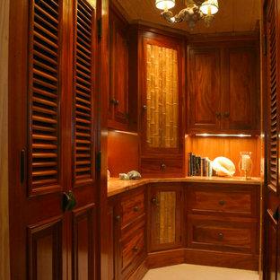 Imagen de armario vestidor unisex, exótico, de tamaño medio, con puertas de armario de madera en tonos medios, armarios con paneles con relieve y moqueta