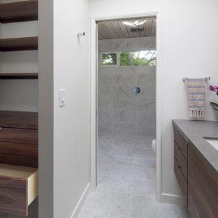 Kleines, Neutrales Retro Ankleidezimmer mit Ankleidebereich, flächenbündigen Schrankfronten, hellbraunen Holzschränken, Marmorboden und buntem Boden in Portland