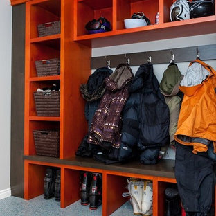 Inspiration för klassiska garderober, med orange skåp, heltäckningsmatta och blått golv