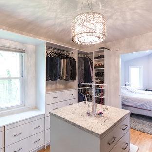 Mittelgroßer Retro Begehbarer Kleiderschrank mit flächenbündigen Schrankfronten, weißen Schränken, hellem Holzboden und braunem Boden in Washington, D.C.
