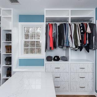 Ispirazione per una grande cabina armadio per uomo stile shabby con ante lisce, ante bianche, pavimento in legno massello medio e pavimento marrone