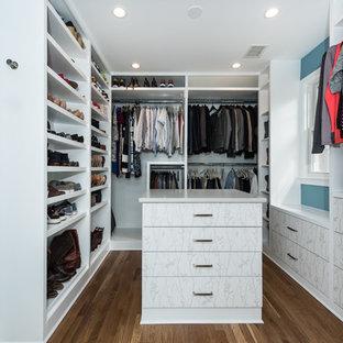 Diseño de armario vestidor unisex, romántico, grande, con armarios con paneles lisos, puertas de armario blancas, suelo de madera en tonos medios y suelo marrón