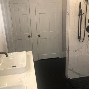 Idee per un armadio o armadio a muro minimalista di medie dimensioni con ante con riquadro incassato, ante bianche, pavimento con piastrelle in ceramica e pavimento nero