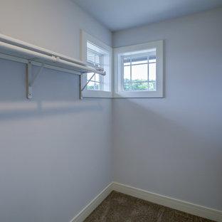 Immagine di un'ampia cabina armadio unisex contemporanea con nessun'anta, ante bianche, moquette e pavimento marrone