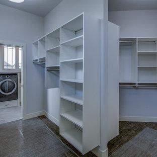 Foto di un'ampia cabina armadio unisex minimal con nessun'anta, ante bianche, moquette e pavimento marrone