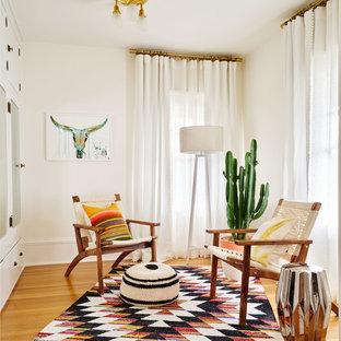 Ejemplo de vestidor bohemio, grande, con suelo de madera en tonos medios y puertas de armario blancas