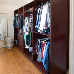 Foto di un grande spazio per vestirsi unisex vittoriano con nessun'anta, ante in legno bruno, parquet chiaro e pavimento marrone