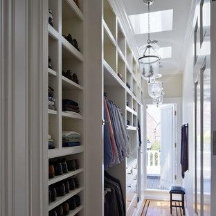 Foto de vestidor clásico con suelo de madera clara