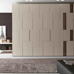 Ispirazione per armadi e cabine armadio moderni di medie dimensioni con pavimento bianco e pavimento in cemento