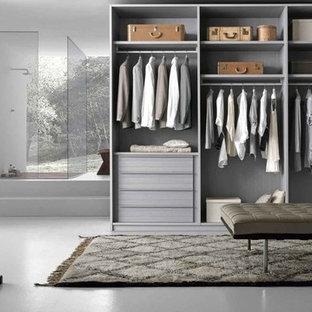 Modelo de armario y vestidor moderno, grande, con suelo de cemento y suelo blanco