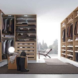 Idee per grandi armadi e cabine armadio moderni con pavimento bianco e pavimento in cemento
