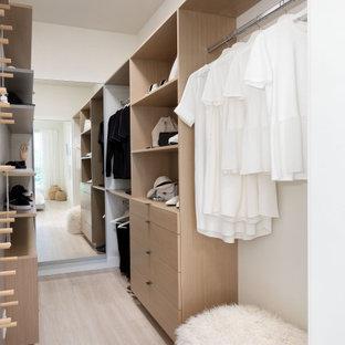 Diseño de vestidor unisex, clásico renovado, pequeño, con puertas de armario de madera oscura, suelo laminado y suelo beige
