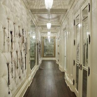 Ejemplo de armario vestidor tradicional con puertas de armario blancas