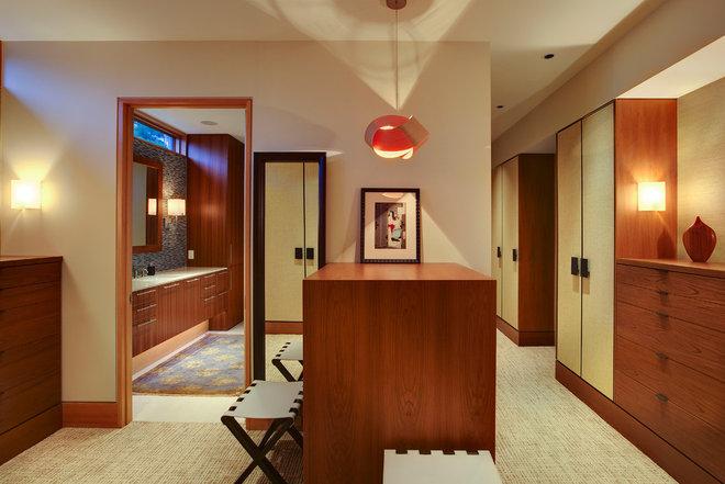 Modern Closet by Michael K. Walker & Associates Inc.