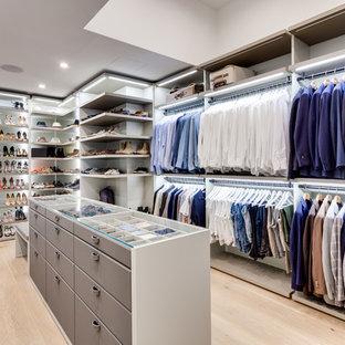 Neutrales Modernes Ankleidezimmer mit Ankleidebereich, offenen Schränken, grauen Schränken, hellem Holzboden und beigem Boden in Miami
