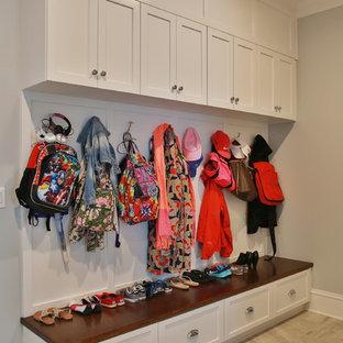 Неиссякаемый источник вдохновения для домашнего уюта: гардеробная унисекс в стиле современная классика с полом из керамической плитки, фасадами с утопленной филенкой и белыми фасадами