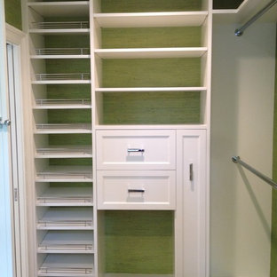 Imagen de armario vestidor unisex, contemporáneo, de tamaño medio, con armarios con paneles empotrados, puertas de armario blancas, suelo de madera oscura y suelo marrón