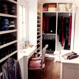 Bild på ett vintage walk-in-closet