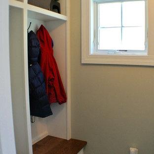 Neutraler Klassischer Begehbarer Kleiderschrank mit Schrankfronten im Shaker-Stil, weißen Schränken, Schieferboden und grauem Boden in Boston