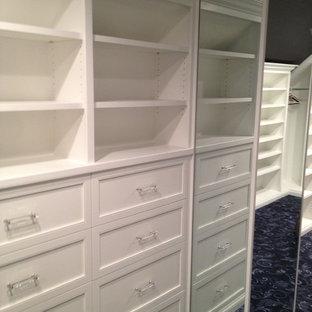 Ispirazione per una cabina armadio per uomo classica di medie dimensioni con ante con riquadro incassato, ante bianche, moquette e pavimento blu