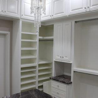Modelo de armario vestidor romántico, de tamaño medio, con armarios con paneles con relieve, puertas de armario blancas y moqueta