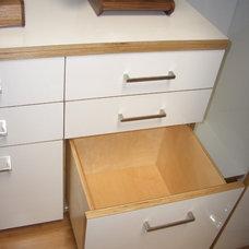 Modern Closet by Case & Space
