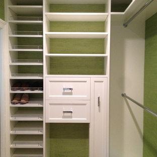 Modelo de armario vestidor de hombre, contemporáneo, grande, con armarios con paneles empotrados, puertas de armario blancas, suelo de madera oscura y suelo marrón