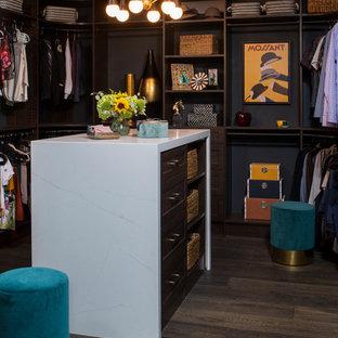 Diseño de armario vestidor unisex, clásico renovado, grande, con armarios estilo shaker, puertas de armario de madera en tonos medios, suelo de madera oscura y suelo marrón