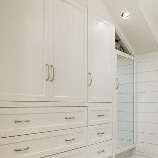Imagen de armario y vestidor abovedado, costero, de tamaño medio, con armarios estilo shaker, puertas de armario blancas y suelo de madera en tonos medios
