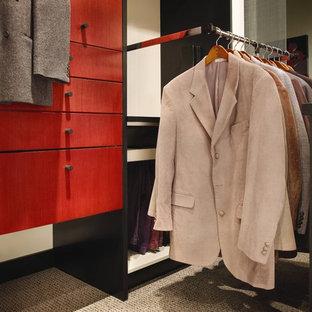 Diseño de armario vestidor unisex, actual, grande, con armarios con paneles lisos, puertas de armario rojas, moqueta y suelo beige