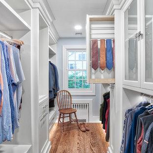 Exempel på ett klassiskt walk-in-closet för män, med vita skåp och mellanmörkt trägolv