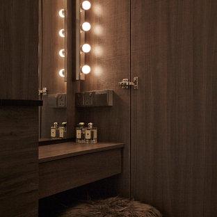 Imagen de armario unisex, nórdico, con puertas de armario de madera en tonos medios y suelo vinílico