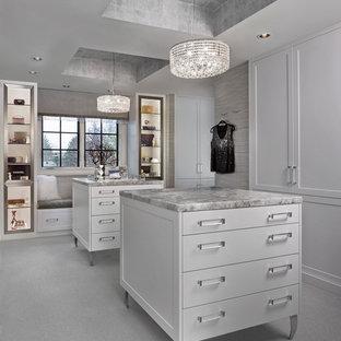 Esempio di uno spazio per vestirsi per donna classico di medie dimensioni con ante bianche, moquette e ante con riquadro incassato
