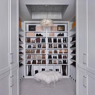 На фото: большая парадная гардеробная в стиле современная классика с открытыми фасадами, белыми фасадами, ковровым покрытием и серым полом для женщин с